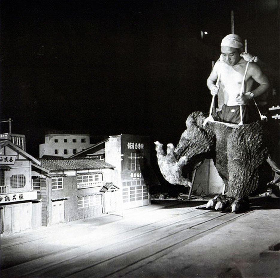 Haruo-Nakajima-en-el-traje-de-Godzilla